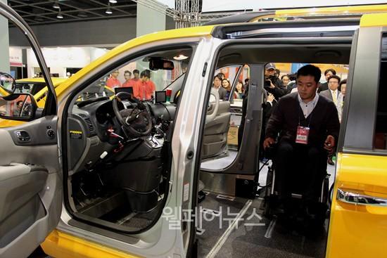 ▲ 휠체어가 운전대까지 들어가 직접 운전을 할 수 있는 자동차가 소개됐다.  ⓒ정두리 기자