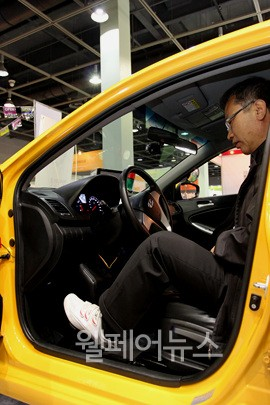 ▲ 양 팔이 없는 장애인들을 위해 발을 이용해 운전대를 돌리는 자동차도 선을 보였다.  ⓒ정두리 기자
