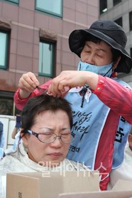 ▲ 머리카락을 자르는 사람도 잘리는 자람도 모두 눈물바다가 된 결의대회 현장.