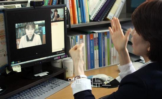 ▲ 오는 15일부터 청각·언어장애인을 위한 보건복지 '영상(수화)상담서비스'가 제공된다.