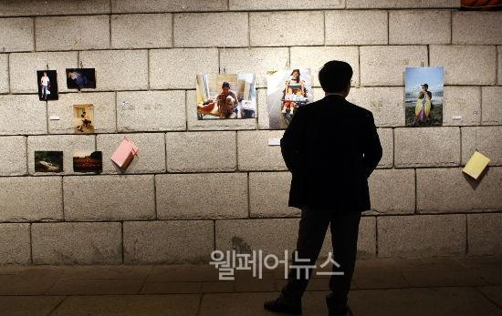 ▲ 청계천 광교갤러리에 전시된 외국인근로자 사진전 'Let Me Introduce Myself(나를 소개합니다)'