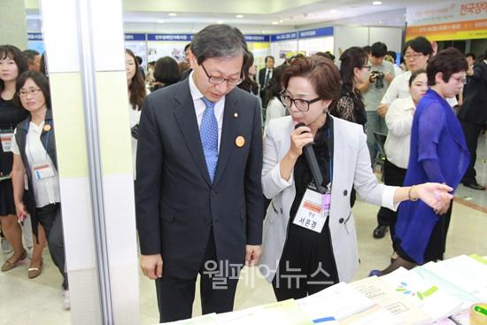 ▲ 장애인가족지원센터에 대한 설명을 듣고 있는 국회 새정치민주연합 김성주 의원(왼쪽).