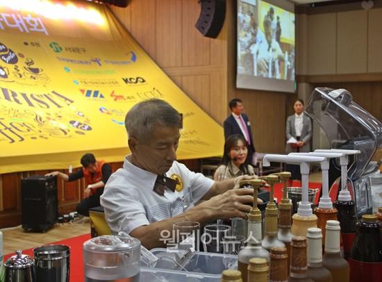 ▲ 대상을 수상한 이천시장애인자립생활센터 '아잼마의 커피세상'팀이 커피를 만들고 있다.