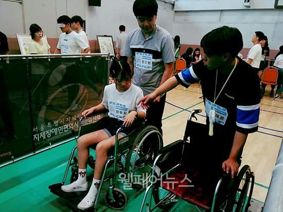 ▲ 청소년복지인식교육에서 장애체험활동을 하는 참가자들.ⓒ원광장애인종합복지관
