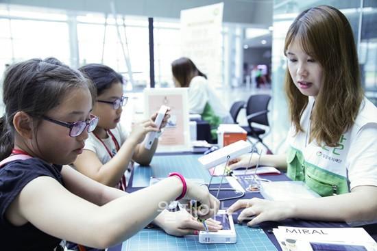 ▲ 태양광랜턴을 만들고 있는 참가자들.ⓒ밀알복지재단
