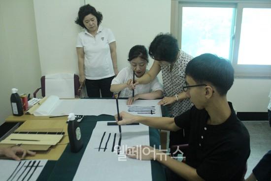 ▲ 캘리그라피  교육을 듣는 참여자들.ⓒ팽성장애인주간보호센터