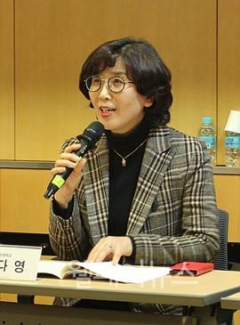 ▲ 인천대학교 사회복지학과 송다영 교수가 '한국 사회 내 아동수당 도입과 설계'에 대해 발언하고 있다.