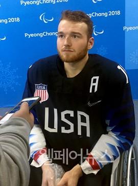 ▲ 13일 장애인아이스하키 예선 B조 3경기 한국과의 경기에서 최다 득점한 미국의 데클란 선수가 인터뷰에 응하고 있다.