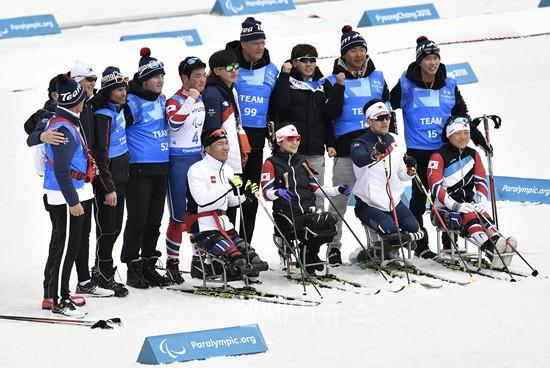 ▲ 18일 치러진 크로스컨트리 혼성계주, 오픈계주 경기 뒤 대한민국 선수들이 기념사진을 촬영하고 있다. ⓒ대한장애인체육회