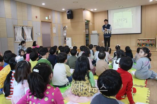 ▲ 용인시기흥장애인복지관 관계자가 한 어린이집에서 장애인식개선교육 '누구나 교실' 강의를 하고있다. ⓒ용인시기흥장애인복지관