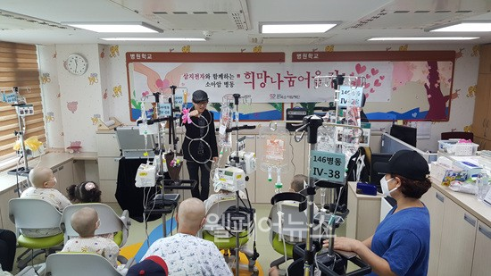 ▲ 한국소아암재단이 소아암 백혈병 어린이들을 위해 '희망나눔어울림' 위문 행사를 진행 중이다. ⓒ한국소아암재단