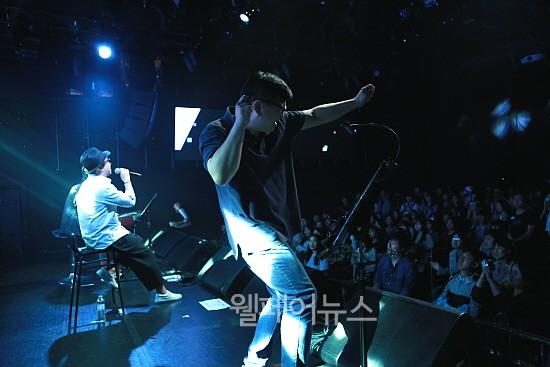 ▲ 춤추는 수어통역사가 가수 이동우의 음악에 맞춰 수어통역을 하고 있다.