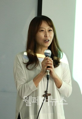 ▲ 포럼장에서 인사하는 '페스티벌 나다' 독고정은  총감독.