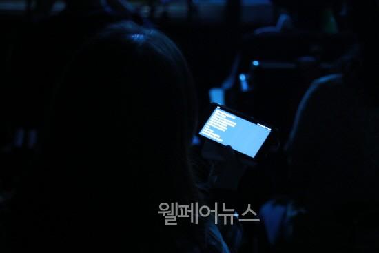 ▲ 한 청각장애인이 '모바일 실시간 문자서비스'를 통해 소리를 실시간 자막으로 보고있다.