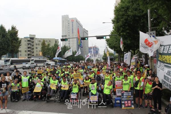 전국장애인차별철폐연대는 21일 오후 3시 국민연금공단이 위치한 건물 앞에서  '장애등급제 진짜 폐지 2020년 예산 쟁취 및 활동지원 만 65세 연령 제한 폐지 집중결의대회'를 열었다.