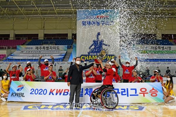 한국휠체어농구연맹 최욱철 총재(왼쪽)가 서울시청 조승현 선수에게 우승컵을 전달하고 있다.  ⓒ서울특별시장애인체육회